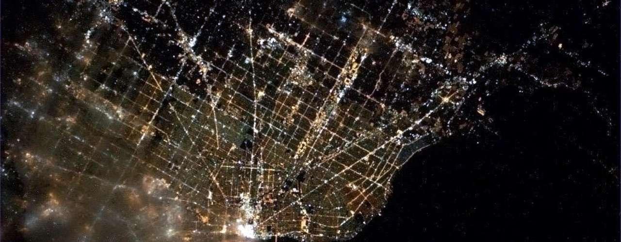 A região de Detroit-Windsor, na fronteira entre Estados Unidos e Canadá, foi fotografada diretamente do espaço. A imagem foi divulgada nesta terça