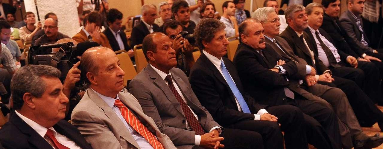 Meia Kaká, do Real Madrid, foi a principal ausência na lista do treinador para a partida