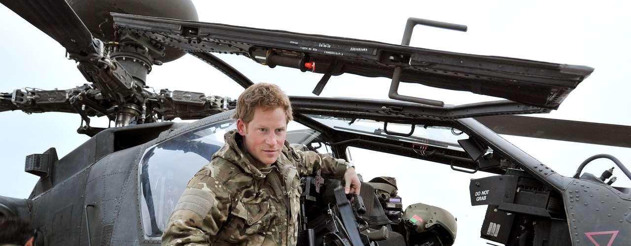 Harry, que atua no país como copiloto de helicóptero, aparece nesta imagem do final de outubro fazendo a vistoria da aeronave