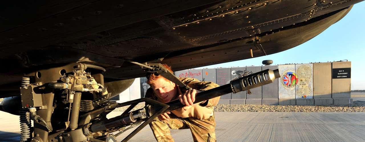 O príncipe verifica os equipamentos do helicóptero no qual participa das missões. Ele confirmou que atirou em insurgentes talibãs para proteger seus companheiros