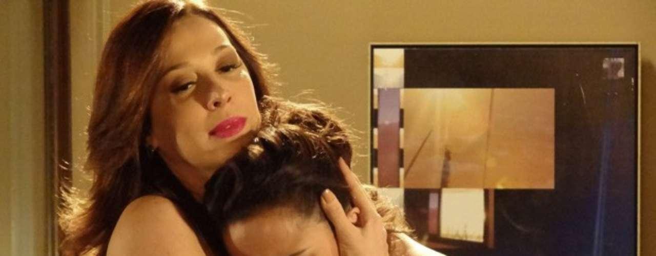 Lívia (Claudia Raia) se faz de amiga e consola Morena (Nanda Costa) depois da morte de Jéssica (Carolina Dieckmann). Ela aconselha a não denúnciar os bandidos para Helô(Giovanna Antonelli)