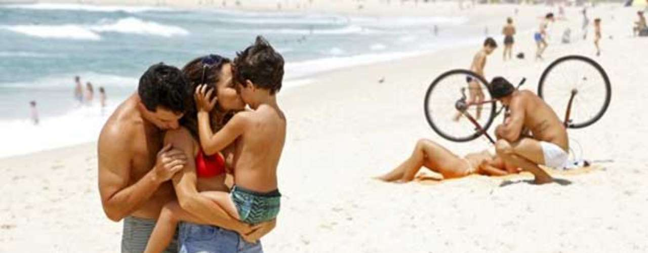 Aproveitando o dia de folga, Morena (Nanda Costa) e Théo (Rodrigo Lombardi) curtem uma tarde de romantismo na praia, em cena que vai ao ar no capítulo desta sexta-feira (25) de 'Salve Jorge'
