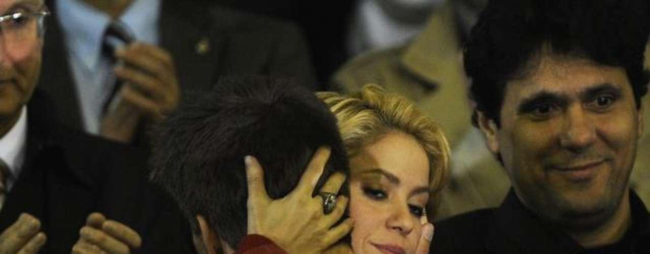 Na imagem, Shakira abraça Piqué na final Liga dos Campeões, na qual a equipe de seu namorado, o Barcelona, se sagrou campeão ao bater o Manchester United por 3 a 1, no mítico estádio de Wembley, na Inglaterra