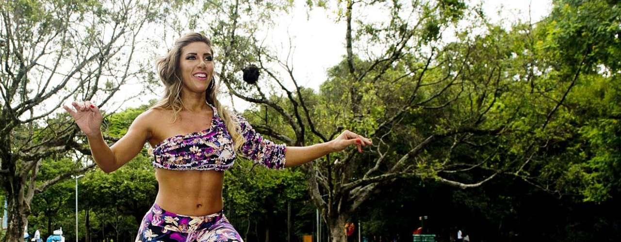 De acordo com Mariana, o desequilíbrio exige mais fibra muscular e trabalha o músculo com mais intensidade. O corpo deve permanecer alinhado e o abdômen contraído. Faça três séries de 15 repetições
