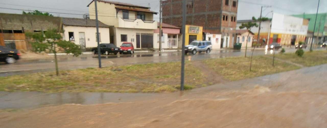Ruas ficaram alagadas, dificultando a passagem dos carros