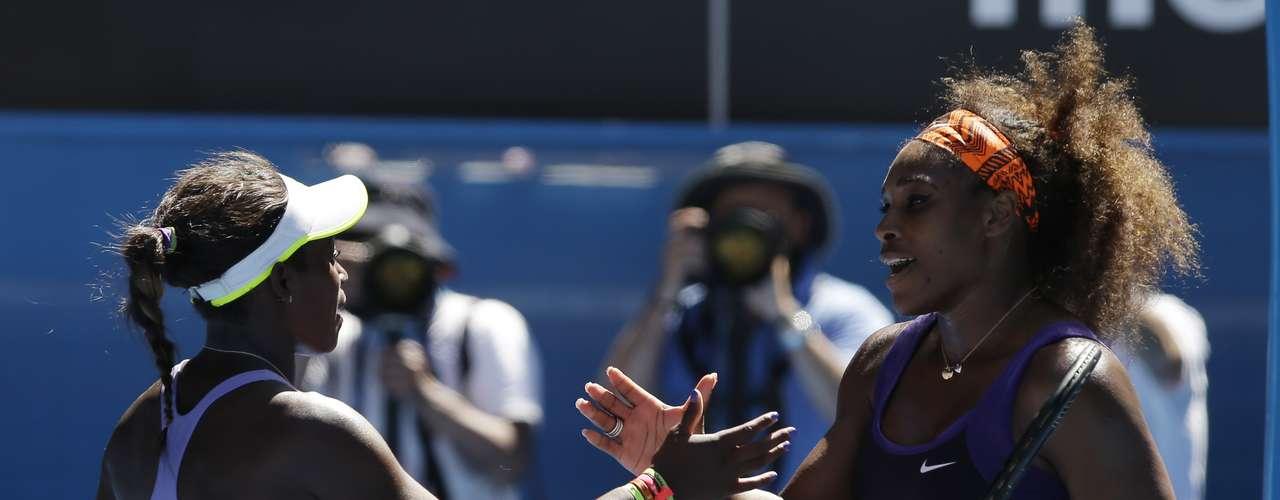 Tenistas se cumprimentam após a partida. A derrota de Serena é a maior zebra do torneio até o momento