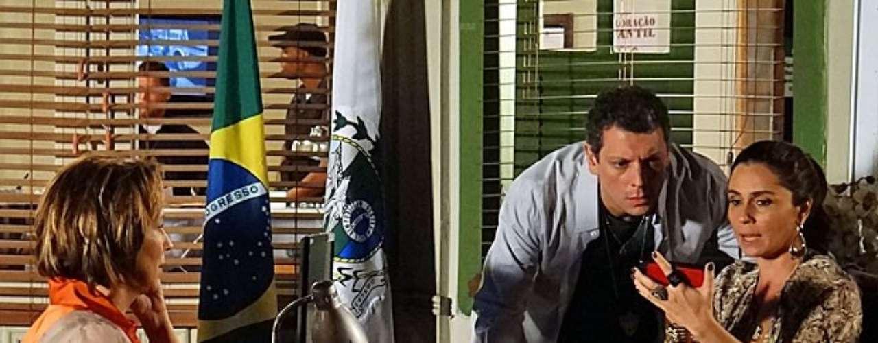 Helô (Giovanna Antonelli) descobrirá que Rachel (Ana Beatriz Nogueira) esteve no banheiro em que Jéssica (Carolina Dieckmann) foi assassinada pouco antes de o crime acontecer e consegue uma informação preciosa com a socialite. Uma foto tirada por ela em frente ao espelho mostra que todas as torneiras da bancada estavam inteiras e intactas em seus lugares