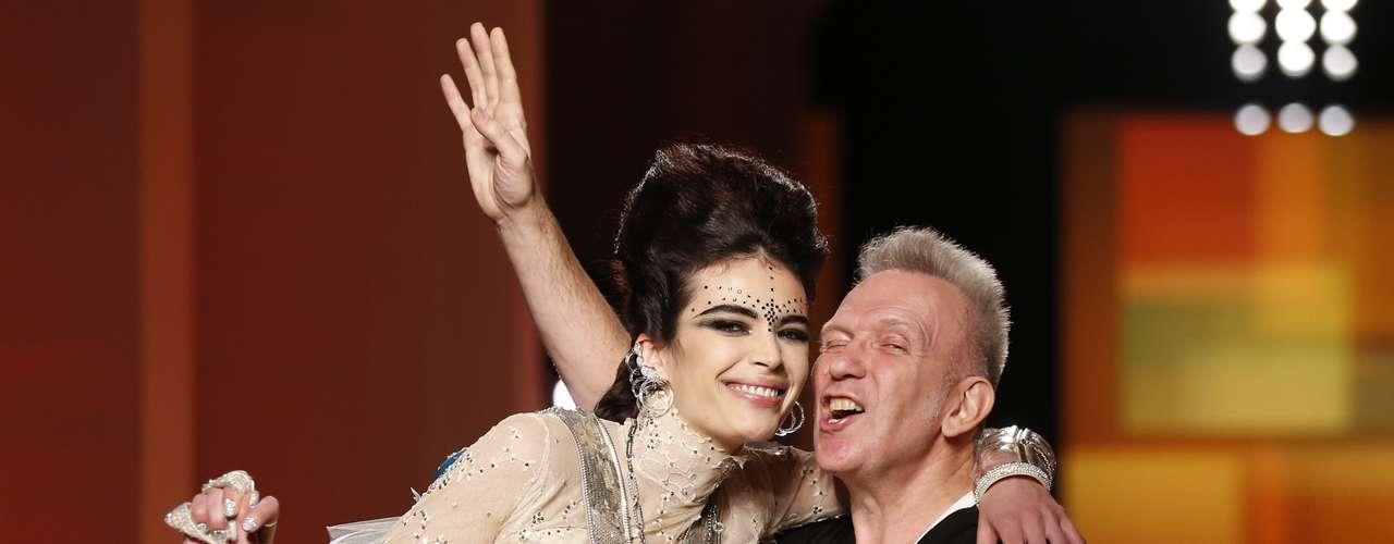 Jean Paul Gaultier recebe o carinho da modelo ao final do desfile