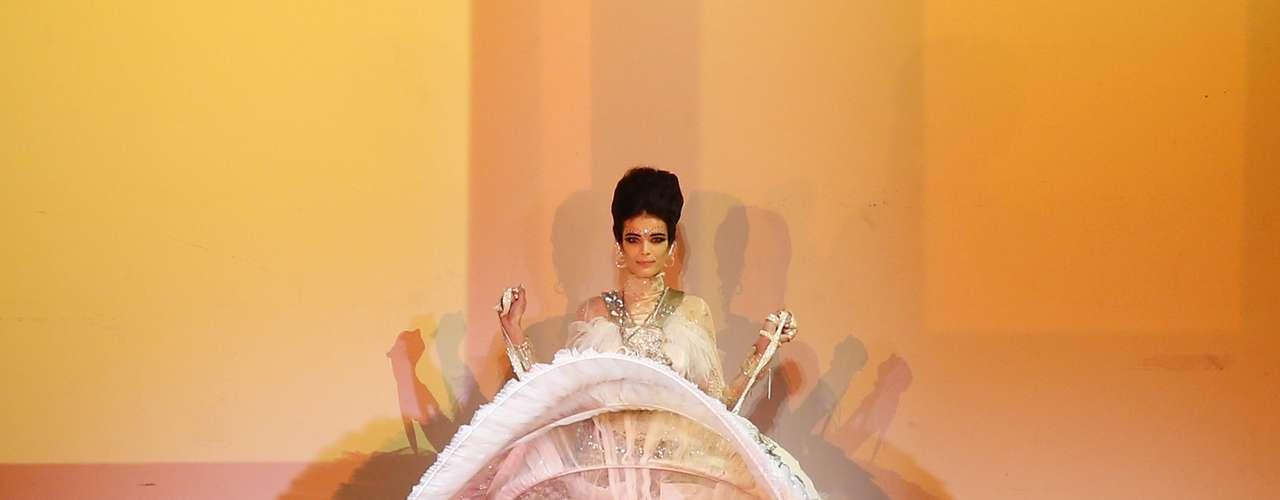 Jean Paul Gaultier celebrou a Índia em seu desfile na semana de moda de alta-costura em Paris, nesta quarta-feira (23). O ponto alto da apresentação foi quando quatro crianças com trajes indianos saíram debaixo da saia da modelo