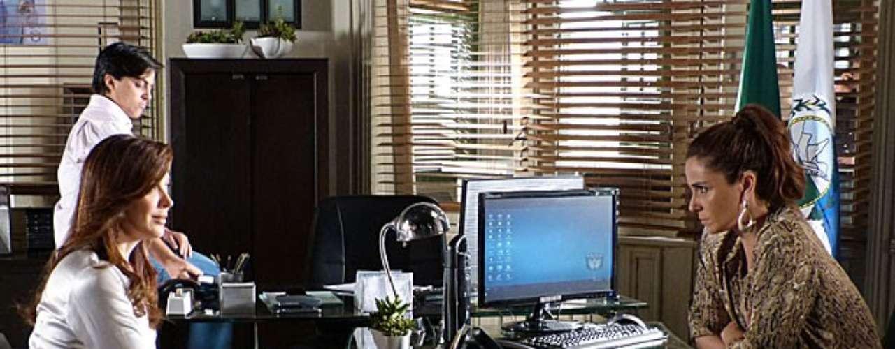 Lívia se oferece para cooperar com a investigação sobre a morte de Jéssica. Desconfiada da vilã, Helô resolve interrogar Wanda e Russo