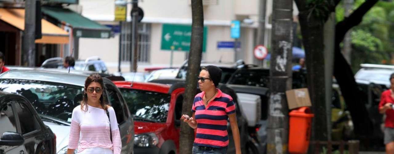 A cantora Maria Gadú foi clicada deixando restaurante ao lado da amiga Lua Leça no bairro do Leblon, zona sul do Rio de Janeiro, nesta quarta-feira (23)