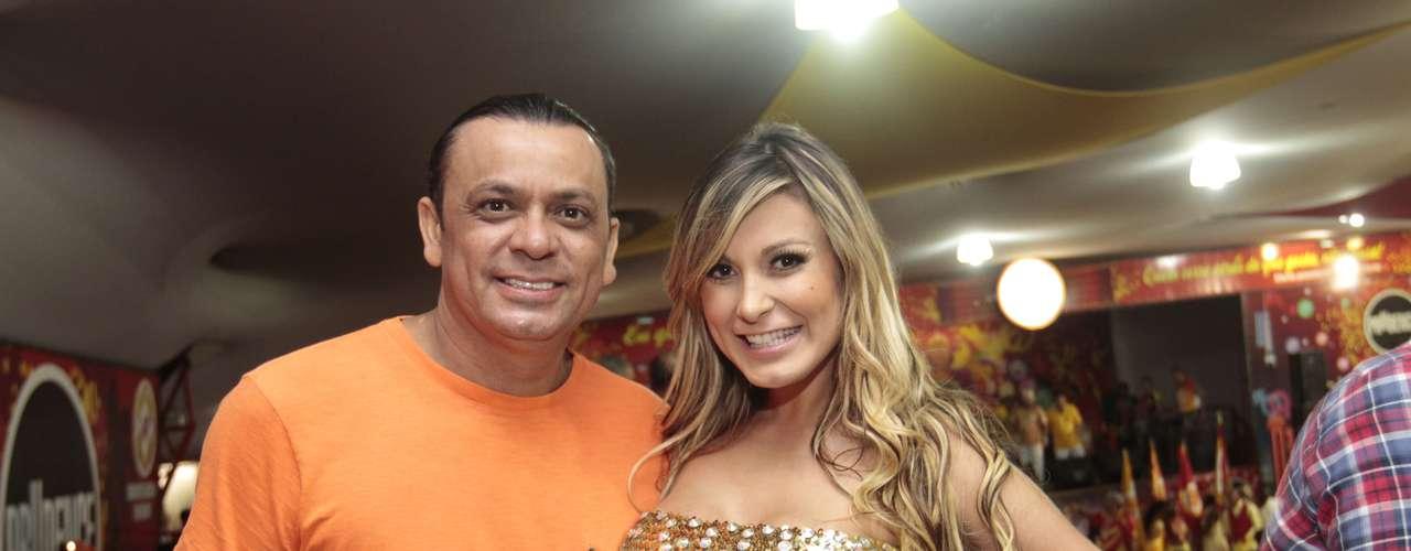 Andressa Urach foi ao ensaio da escola de samba Tom Maior, nesta terça-feira (22), em São Paulo. A loira se descuidou e deixou a calcinha à mostra