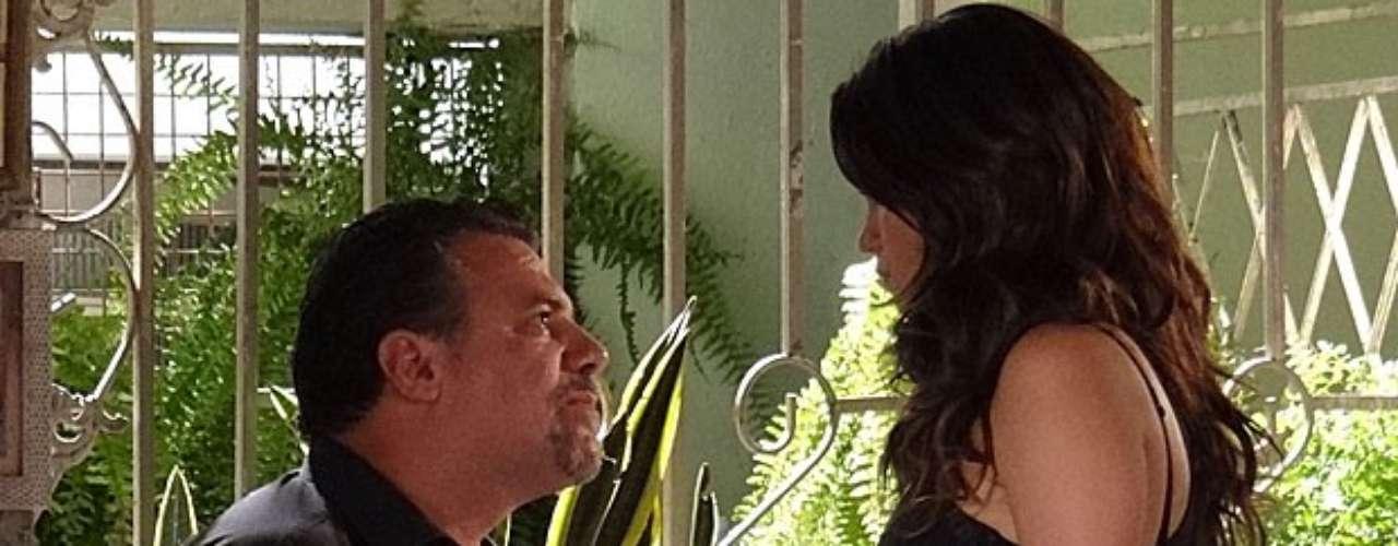 Depois da morte de Jéssica (Carolina Dieckmann), Morena (Nanda Costa) dá de cara com Russo (Adriano Garib) abrindo a porta de sua casa. Ele será presenteado com uma chave por Lucimar (Dira Paes)