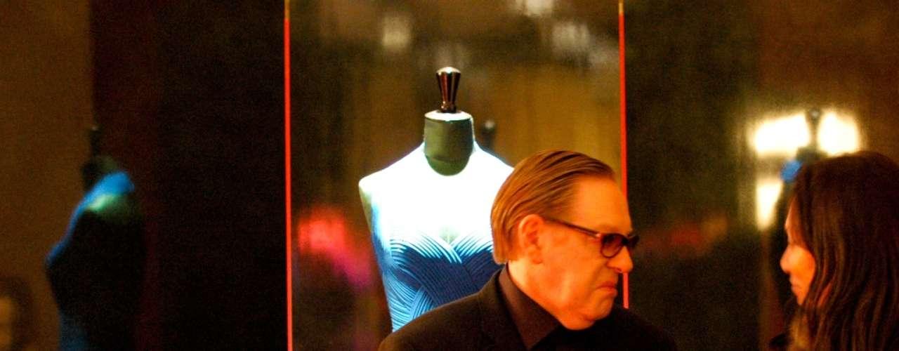 O estilista, à esquerda, recebeu imprensa e convidados em seu showroom em Paris
