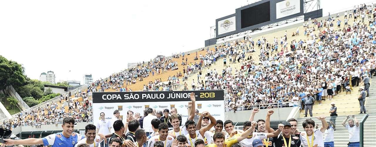 Jogadores do Santos posam para fotos após a conquista do bicampeonato da Copa São Paulo