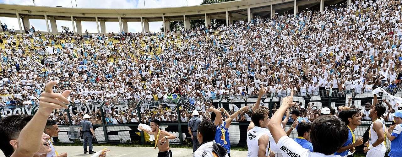 Elenco alvinegro festejou muito com a torcida, que lotou o Estádio do Pacaembu no dia do aniversário da cidade de São Paulo
