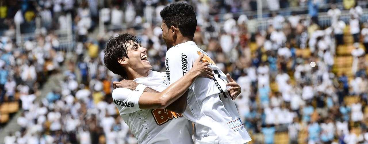 Léo Citadini abraça Giva após o artilheiro marcar o terceiro gol do Santos na final