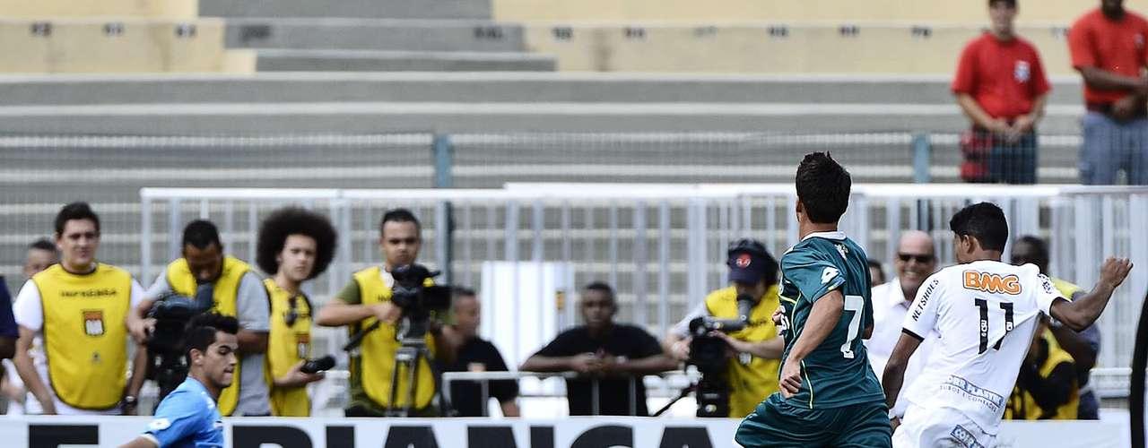 O atacante Giva, um dos principais destaques do time na campanha da Copa São Paulo 2013, fez bela tabela com Neilton, invadiu a grande área e não deu chances ao goleiro Paulo Henrique: 3 a 1, e título garantido
