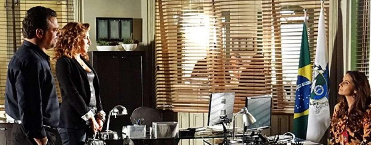 Russo (Adriano Garib) e Wanda (Totia Meirelles) chegam juntos à delegacia e Helô (Giovanna Antonelli) pede para conversar com eles separadamente