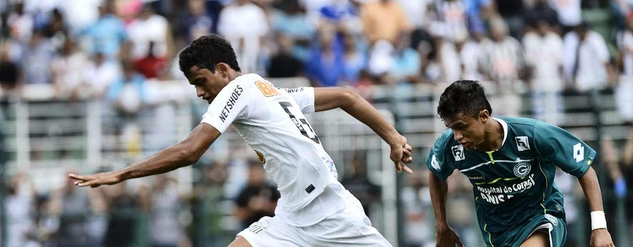 Um dos destaques da vitoriosa campanha do Santos, o zagueiro Jubal arranca para o ataque após se desvencilhar da marcação do defensor esmeraldino