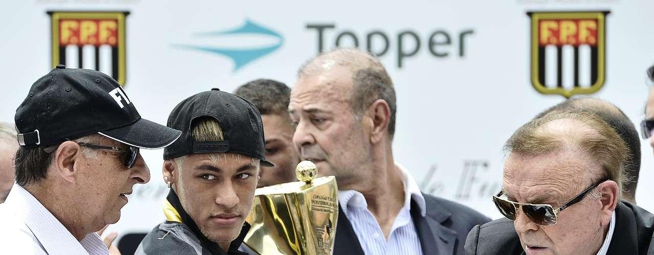 Neymar segura taça de campeão antes de entregar ao capitão do Santos