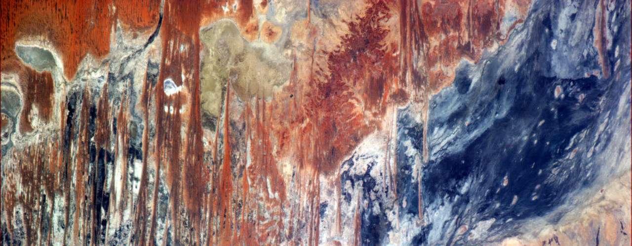 O astronauta canadense Chris Hadfield fotografou o Outback - o deserto australiano - diretamente da órbita terrestre na noite de quinta-feira, dia 24 de janeiro. \