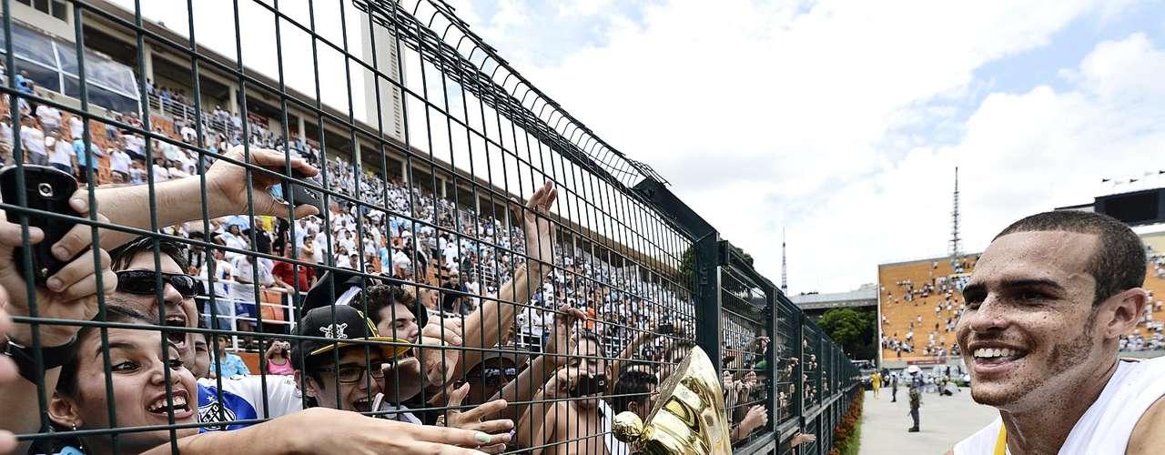 Autor do primeiro gol santista na final, Pedro Castro leva troféu para perto da torcida