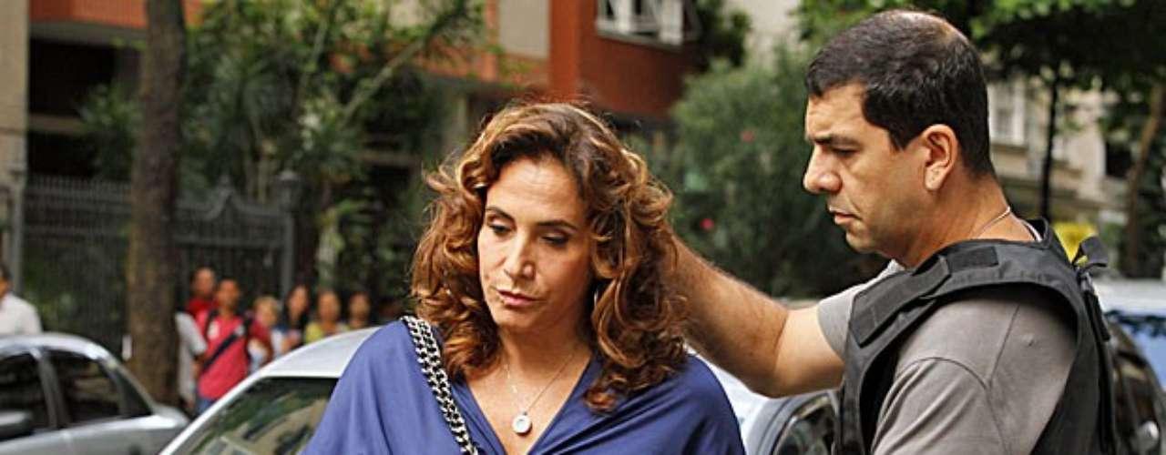 Depois de uma denúncia anônima de Morena (Nanda Costa), Wanda (Totia Meirelles) é flagrada com um bebê para adoção ilegal em seu apartamento