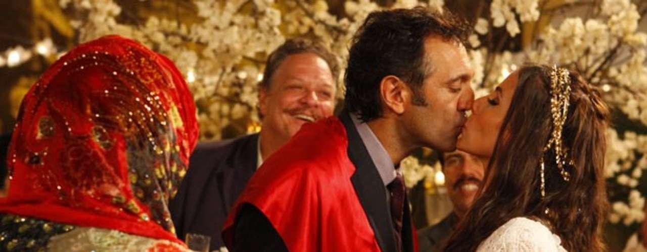 Ayla (Tânia Khalill) e Zyah (Domingos Montagner) se casam em cerimônia tradicional na Capadócia e trocam juras de amor eterno na frente de familiares e amigos