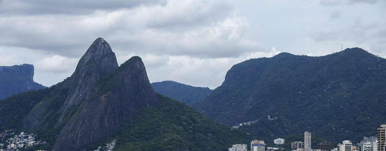 26 de janeiro - Após chuva forte, mau tempo deu trégua e levou muitos banhistas para a praia no Rio
