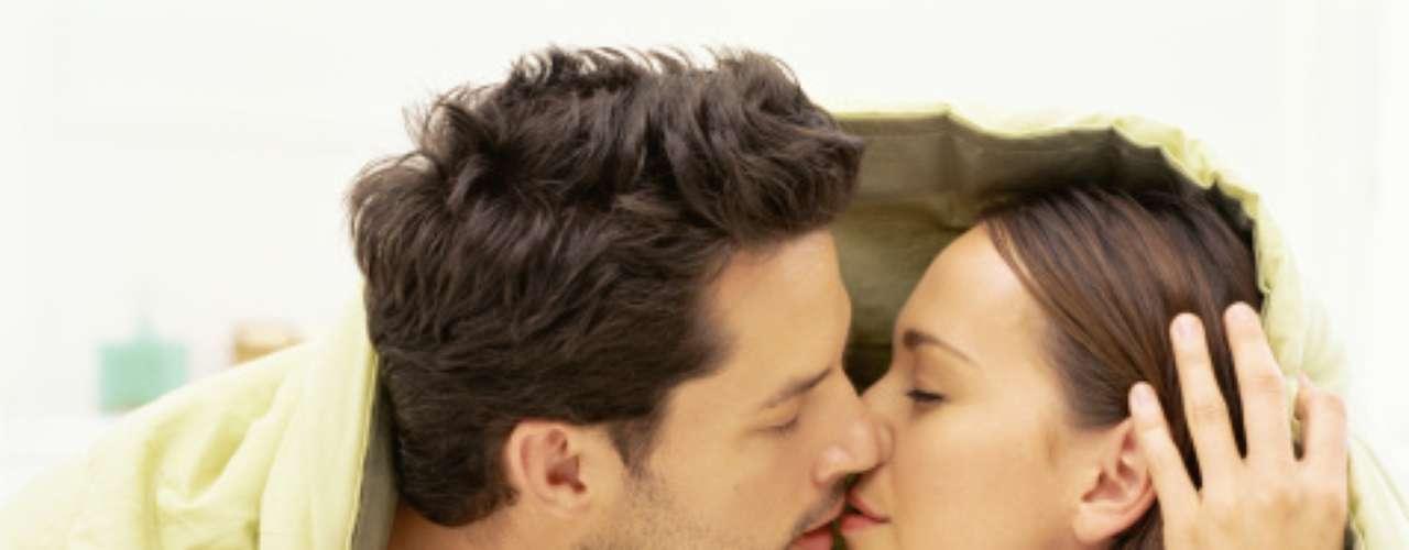 O beijo aumenta o nível de oxitocina e diminui o cortisol (hormônio do estresse)