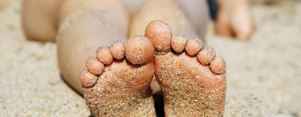 O fato dos pequenos andarem descalços no verão aumenta as chances do inseto se instalar