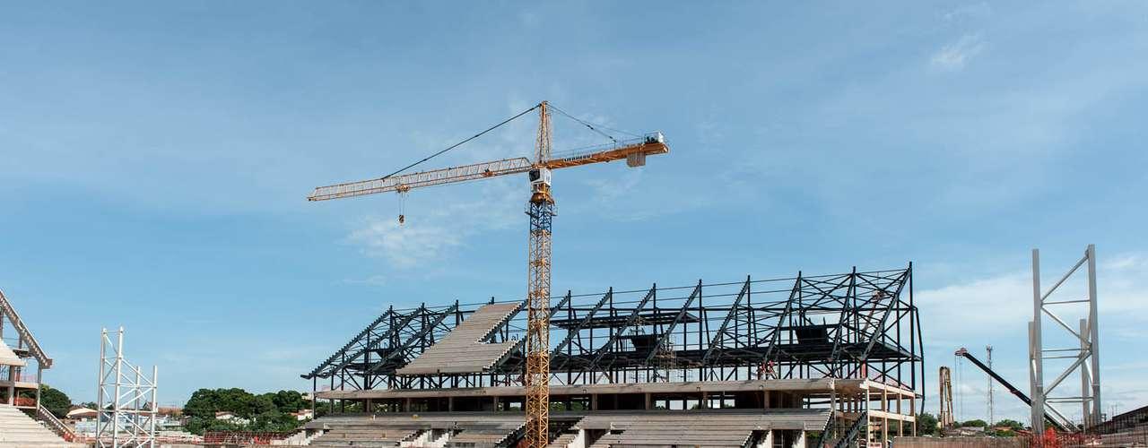 Arena Pantanal (Cuiabá) Custo: R$ 518,9 milhões (R$ 285 milhões de financiamento federal) Situação atual:as obras da Arena Pantanal superaram, no fim de dezembro, 55% de conclusão dos trabalhos, segundo a última atualização divulgada pelo governo local. Em janeiro de 2013, a montagem das arquibancadas norte, oeste e leste foi concluída. O setor sul tem a expectativa de finalização em fevereiro. A entrega está prevista para outubro de 2013. Com capacidade para 43 mil espectadores, o estádio receberá quatro jogos durante o Mundial
