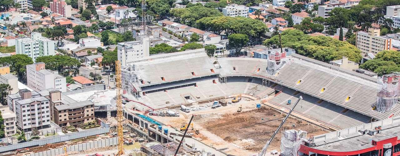 Arena da Baixada (Curitiba) Custo: R$ 234 milhões (R$ 131 milhões via financiamento federal) Situação atual:a previsão de conclusão das obras é julho de 2013. A reforma já alcançou 55,82% de conclusão, segundo dados divulgados pela construtora responsável pelo projeto em dezembro de 2012. Seis torres serão demolidas para eliminação dos pontos cegos no estádio e três delas já tiveram o trabalho concluído. Além das reformas nas estruturas já existentes, o novo setor Brasílio Itiberê está em evolução. O estádio terá capacidade para 41 mil espectadores e receberá quatro jogos na Copa do Mundo