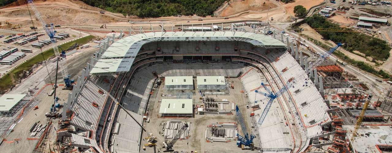 Arena Pernambucano (Recife) Custo: R$ 529,5 milhões (R$ 397,1 milhões de financiamento federal) Situação atual:a última estimativa da construtora responsável mostra que as obras chegaram a 83,6% de conclusão no início de janeiro de 2013. O trabalho de instalação da cobertura já foi iniciado. As ações de arquitetura e acabamentos estão 64% finalizadas. A partida inaugural está prevista para 14 de abril de 2013, dias depois da entrega. Cinco jogos da Copa do Mundo serão na Arena Pernambuco, que tem capacidade para 46 mil pessoas e também vai receber três jogos da fase de grupos da Copa das Confederações