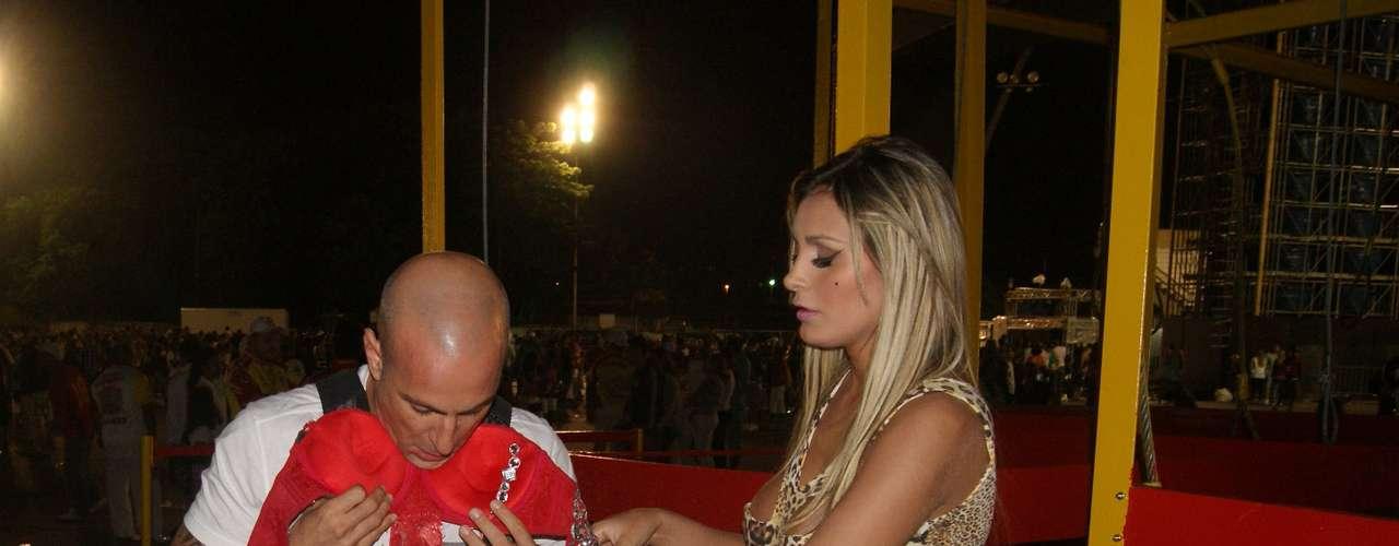 Andressa Urach se entregou ao samba e ao ensaio que aconteceu nesse domingo (27) no Anhembi, em São Paulo. Além de provar que tem samba no pé, e Vice Miss Bumbum mostrou demais ao trocar o vestido por uma fantasia. A modelo ótima forma ao substituir o look de oncinha por uma roupa vermelha