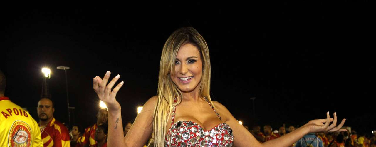 Andressa Urach se entregou ao samba e ao ensaio que aconteceu nesse domingo (27) no Anhembi, em São Paulo. Além de provar que tem samba no pé, e Vice-Miss Bumbum mostrou demais ao trocar o vestido por uma fantasia. A modelo ótima forma ao substituir o look de oncinha por uma roupa vermelha