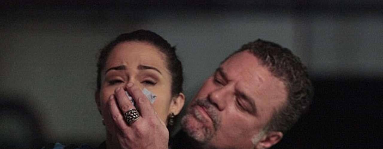 Depois de brigar com Théo (Rodrigo Lombardi),Morena (Nanda Costa) vai até o hotel de Lívia (Claudia Raia). A chefe da quadrilha decide que é a hora de dar um jeito nela