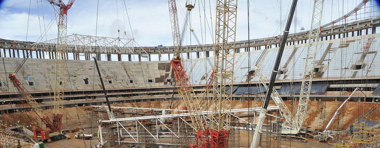 28 de janeiro de 2013: Com custo estimado em R$ 1,5 bilhão, o Estádio Nacional de Brasília (Mané Garrincha) precisa correr para ficar pronto a tempo de receber o jogo inaugural da Copa das Confederações de 2013, dia 15 de junho, entre Brasil e Japão