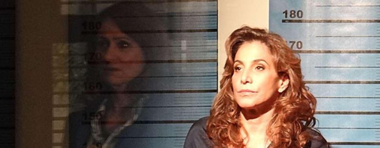 Ao fazer o reconhecimento de Wanda (Totia Meirelles) na delegacia, Berna (Zezé Polessa) se intimida com a presença de Helô (Giovanna Antonelli) e finge não conhecer a bandida
