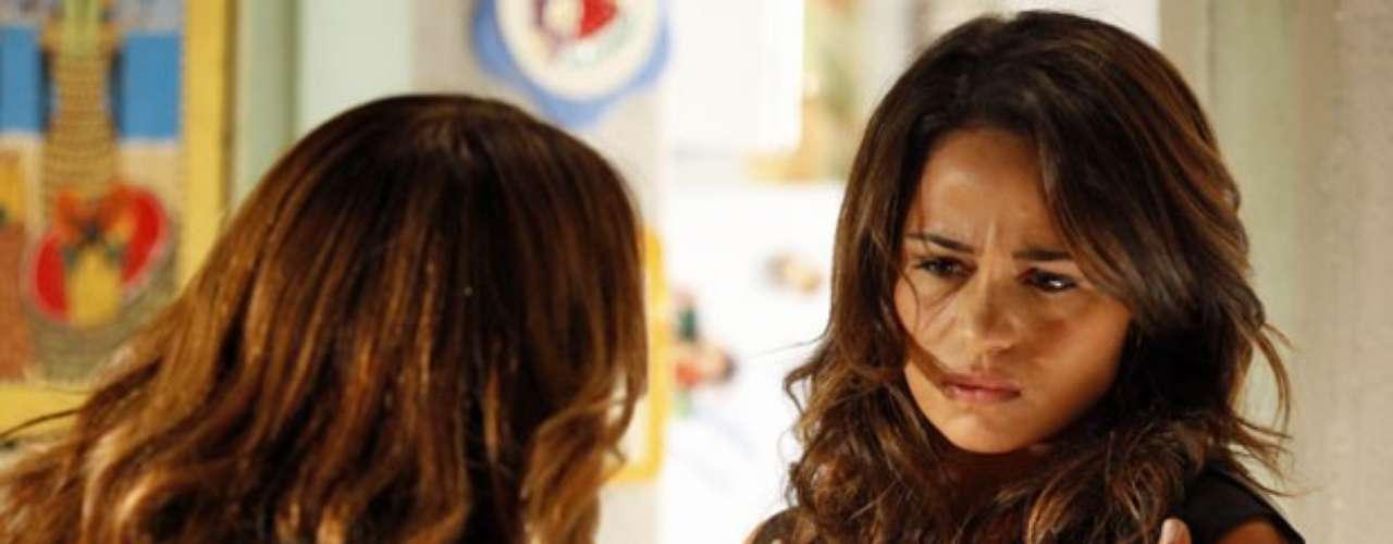 Morena (Nanda Costa) se revolta quando descobre que a mãe ouviu Russo (Adriano Garib) dizer que ela e Jéssica (Carolina Dieckmann) era usuárias de drogas na Turquia e pede que Lucimar (Dira Paes) confie nela