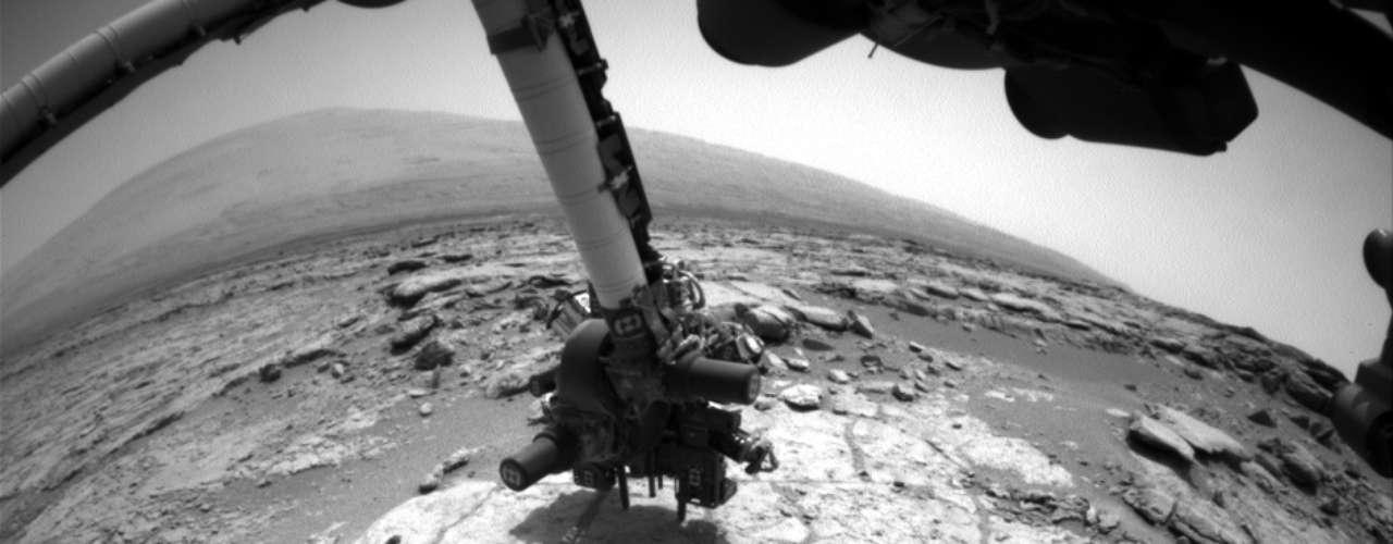 A Curiosity, sonda da Nasa que pousou em Marte no mês de agosto de 2012, prestes a utilizar sua broca para perfurar uma rocha no planeta vermelho