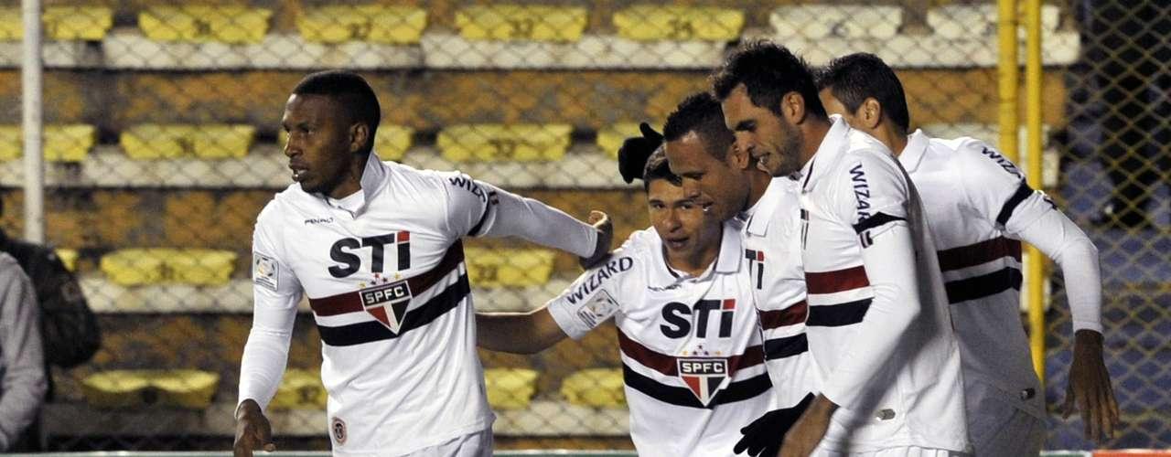 Jogadores do São Paulo comemoram gol de Luís Fabiano logo no início da partida