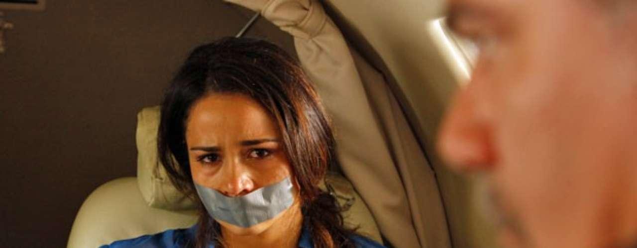 Morena (Nanda Costa) é dopada por Russo (Adriano Garib) e forçada a entrar em um avião com destino à Turquia. Amordaçada e amarrada, a traficada não tem como lutar contra o capanga e se desespera