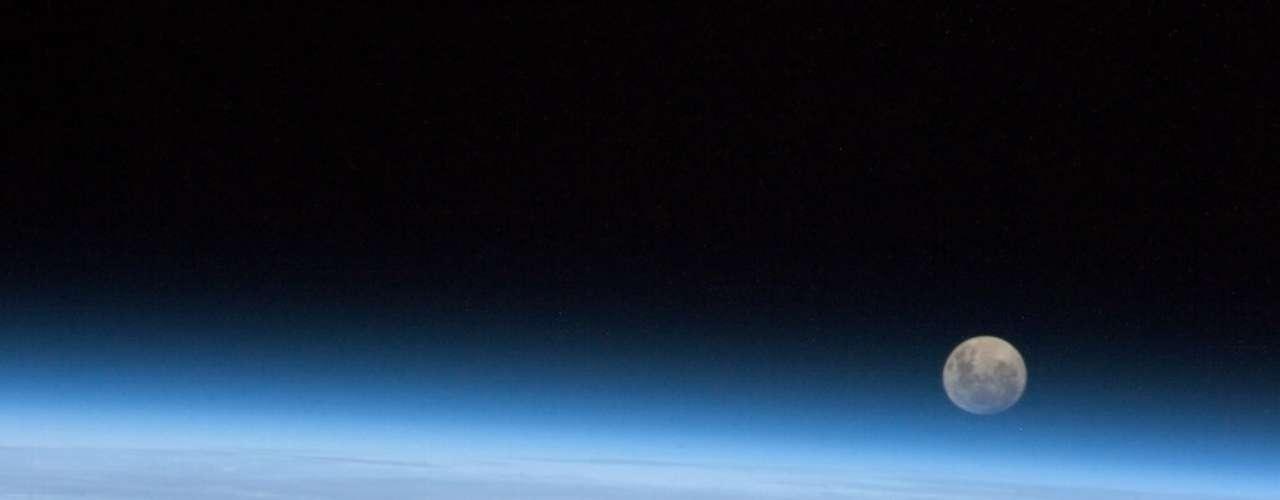 Astronauta registra a Lua Cheia da Estação Espacial. \