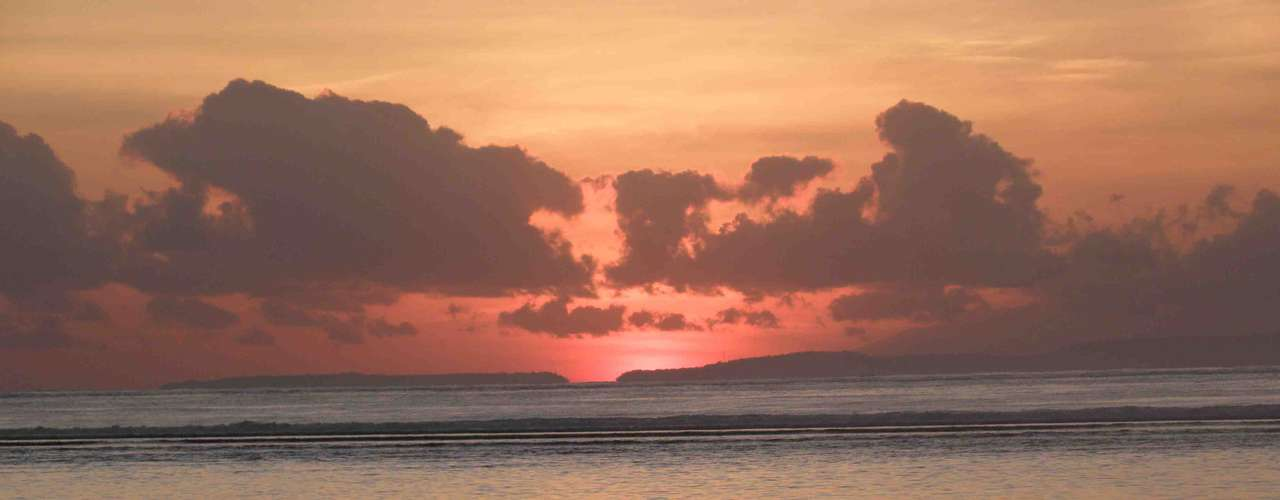 Entre as mais de 17 mil ilhas que formam a Indonésia, Bali se destaca pela beleza de suas paisagens montanhosas, suas praias paradisíacas e sua preservada cultura local.  Curtir um pôr-do-sol a dois em praias de areia branca como Padang-Padang pode ser um dos momentos mais inesquecíveis de uma viagem a dois para Bali