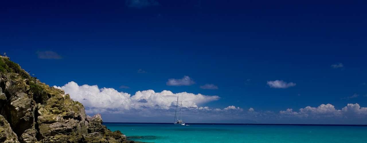 Pequena ilha das Antilhas francesas, St. Bart pode ser definida como exclusiva e requintada. A ilha é um playground para milionários do mundo inteiro que aproveitam as ofertas turísticas que incluem esportes náuticos, spas, resorts de luxo, além das paisagens idílicas ideais para curtir em clima de romance