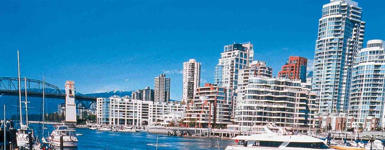 A uma curta travessia da cidade de Vancouver, no oeste do Canadá, Vancouver Island é uma imensa ilha de mais de 30 mil km² de natureza selvagem e intocada. A ilha tem um rico litoral, desde o qual é possível avistar anualmente a migração de baleias-cinzentas, diversos parques nacionais, e lodges e hotéis perfeitos para combinar aventura e romance