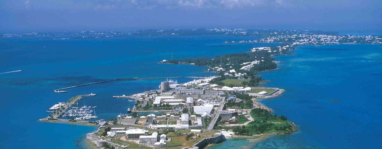 Situado no norte do Atlântico, a cerca de 1000 km da costa leste dos Estados Unidos, o arquipélago das Bermudas tem mais de 150 ilhas paradisíacas e ensolaradas. Belas praias, resorts cinco estrelas e uma grande variedade de atividades, restaurantes e lojas fazem de Bermuda um destino apreciado pelos turistas para relaxar e se divertir