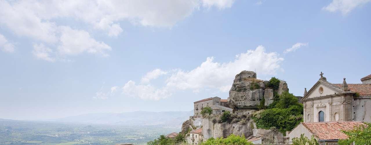 Excelentes vinhos locais, uma gastronomia deliciosa, praias de águas calmas e muitos dias ensolarados por ano são algumas das atrações que fazem da Sicília uma ilha mítica do litoral italiano. Ao longo de seu litoral, a ilha tem desde pequenos albergues familiares e charmosos a resorts de luxo